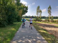 Jürgen läuft und der Sohn auf dem Rad daneben