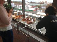 Ein Tisch mit Donuts und Kuchen, davor zwei Bloggerinnen mit Fotokameras in der Hand