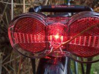 Fahrrad von hinten mit leuchtendem Rücklicht
