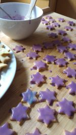 Violett glasierte Plätzchen auf einem Backbrett