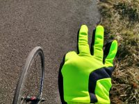 Neonkasperl-Handschuhe. Mit einem Finger weniger, damit auch ohne Schleichwerbung.