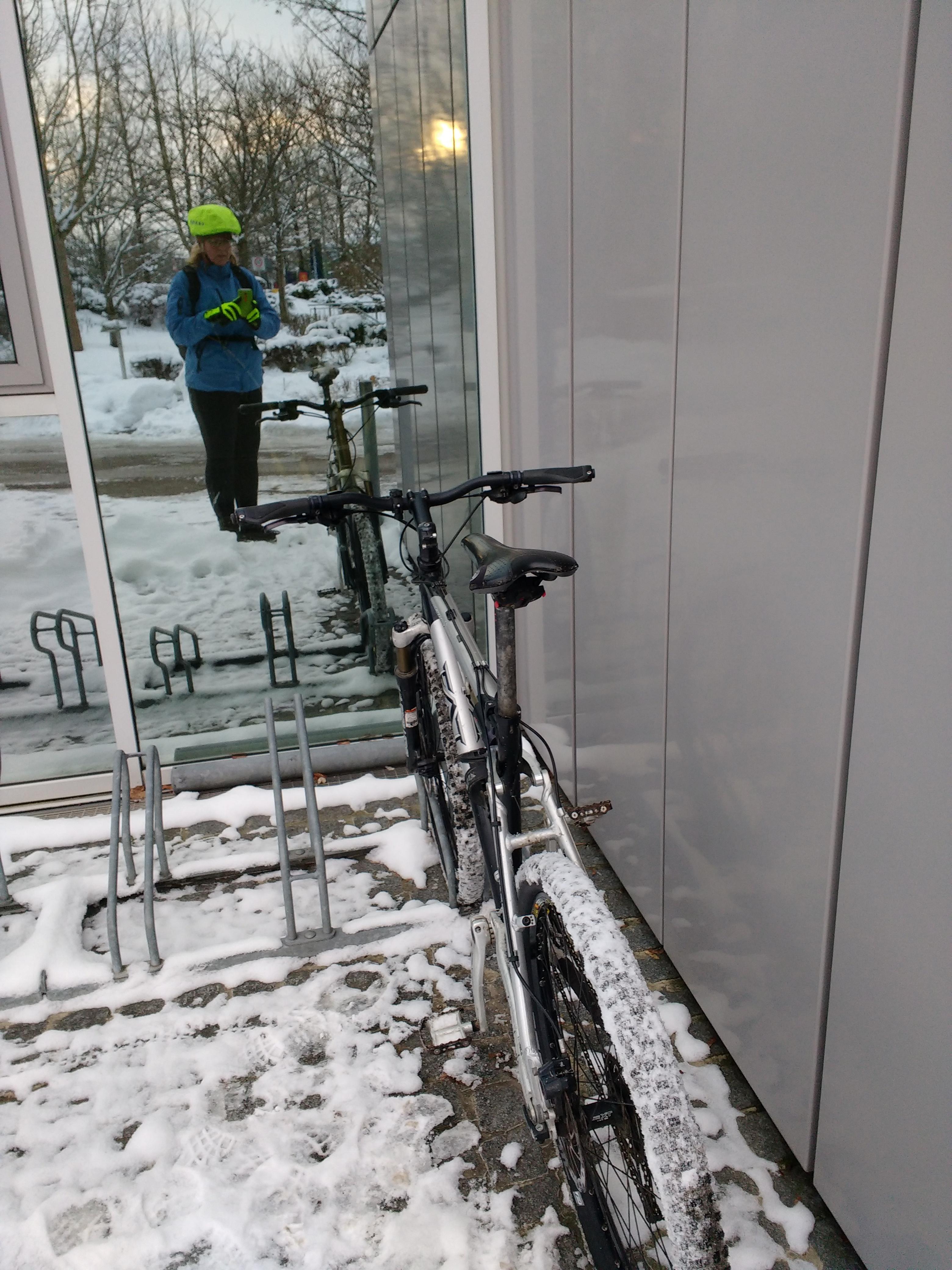 Einzelnes Fahrrad in einem Fahrradständer