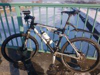 Mountainbike auf der Brücke über einen vereisten Kanal
