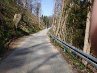 Blick auf eine Straße, die den Berg hoch führt. Ziemlich steil.