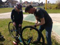 Ein Junge und ein Mann pumpen ein Fahrrad auf.