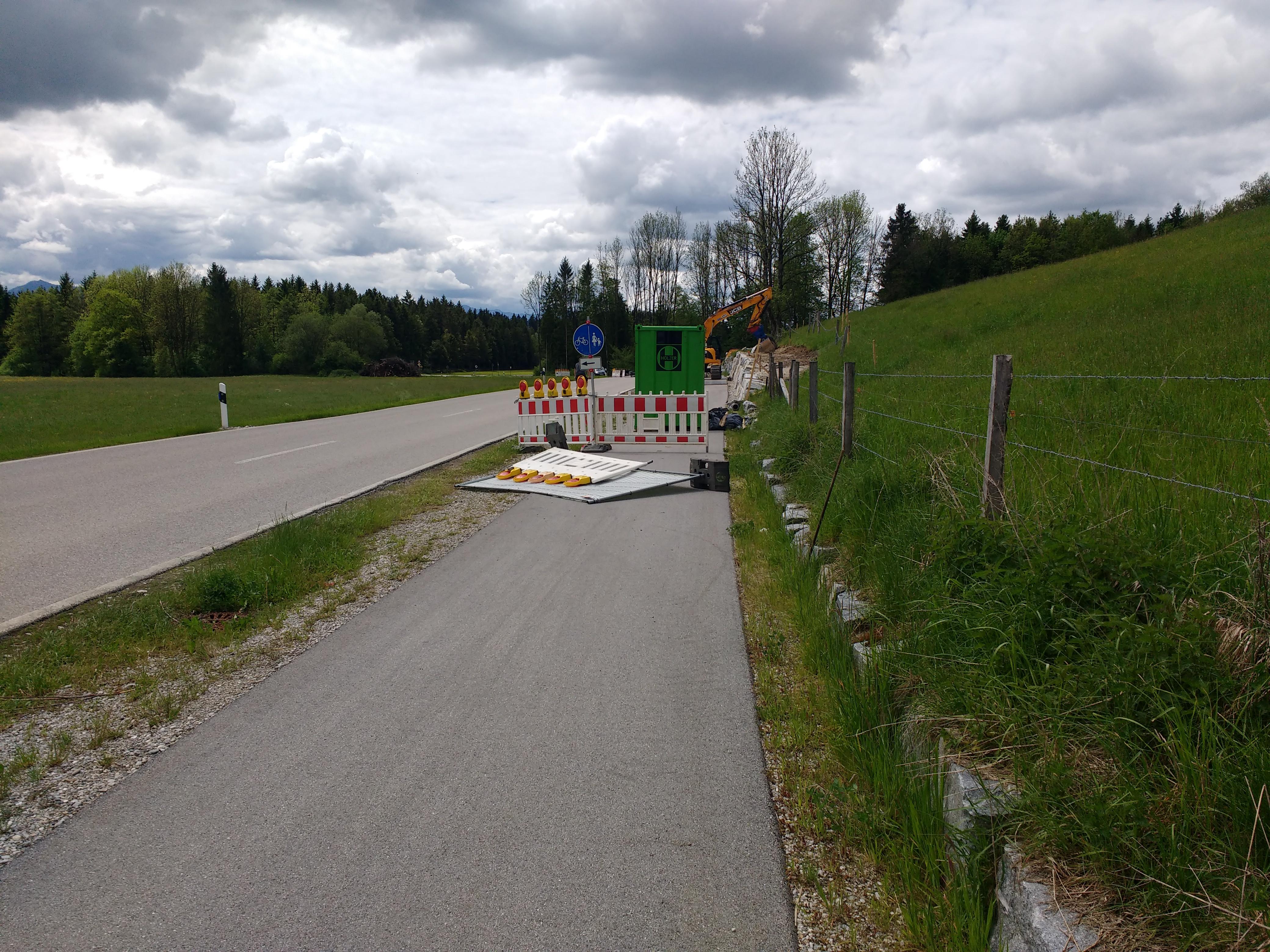 Bauzaunabsperrung mitten auf einem Radweg