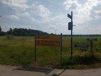 Gelbe Straßenschilder: Geradeaus geht es nach Laufzorn, links nach Ödenpullach
