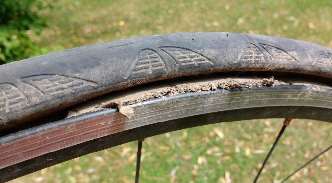 Erde hat sich zwischen Reifenmantel und Felge gedrückt