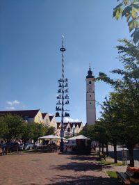 Der Maibaum und der Kirchturm der Stadt Dorfen im Isental
