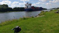 Großes Schiff mit Containern auf dem Kanal