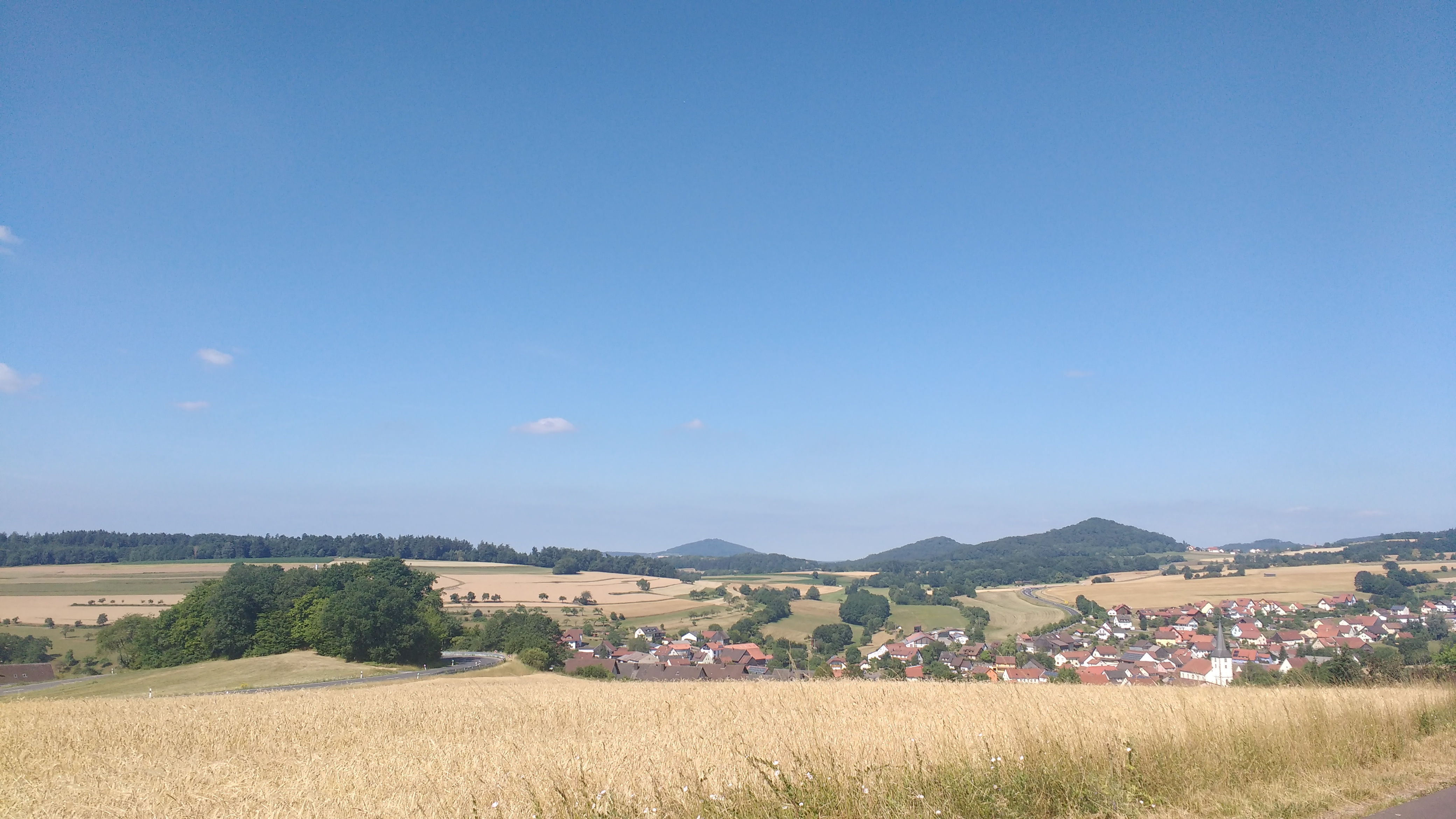 Fernblick über Wiesen und Hügel