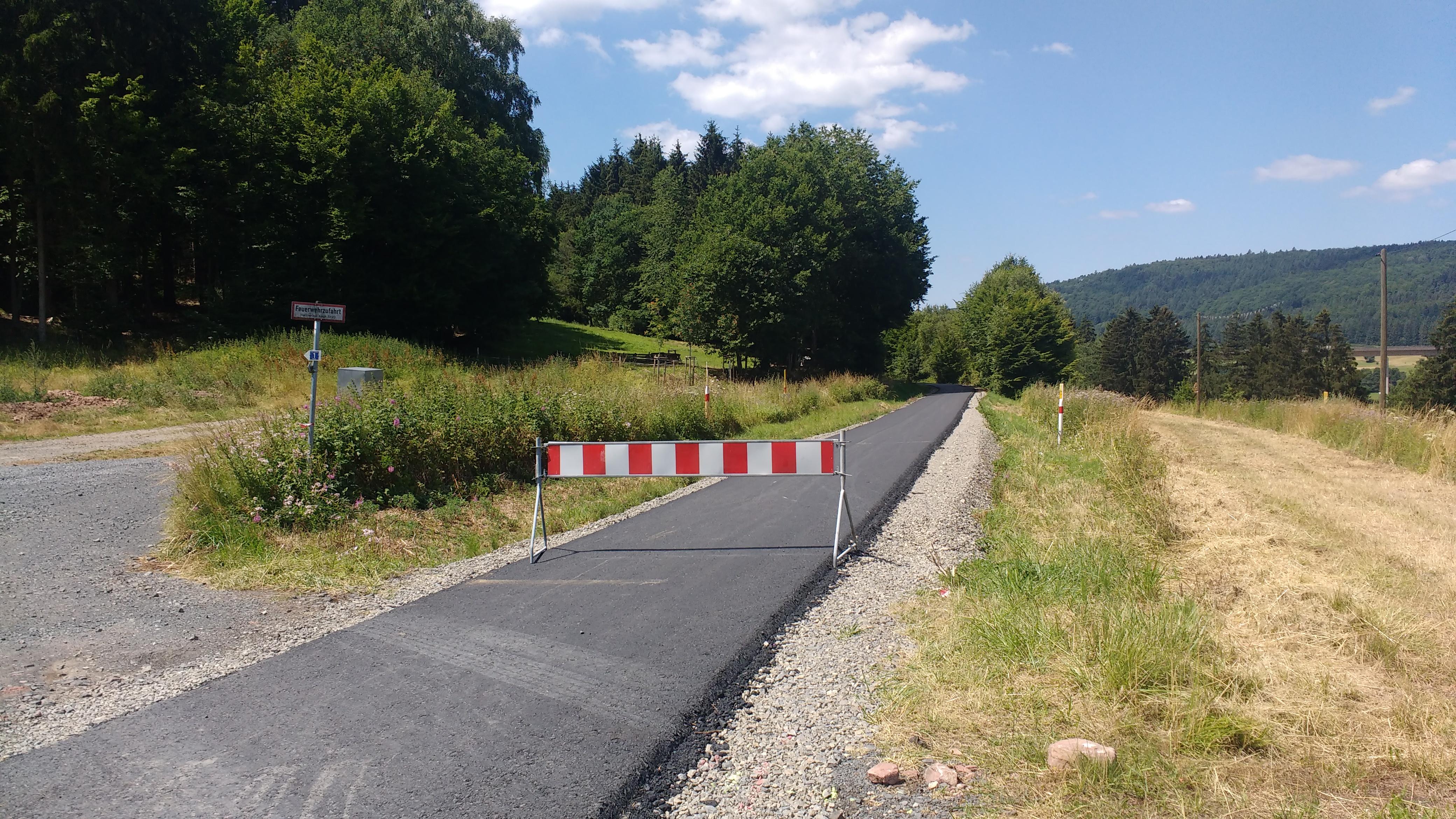 Ein frisch asphaltierter Radweg auf einer alten Bahntrasse