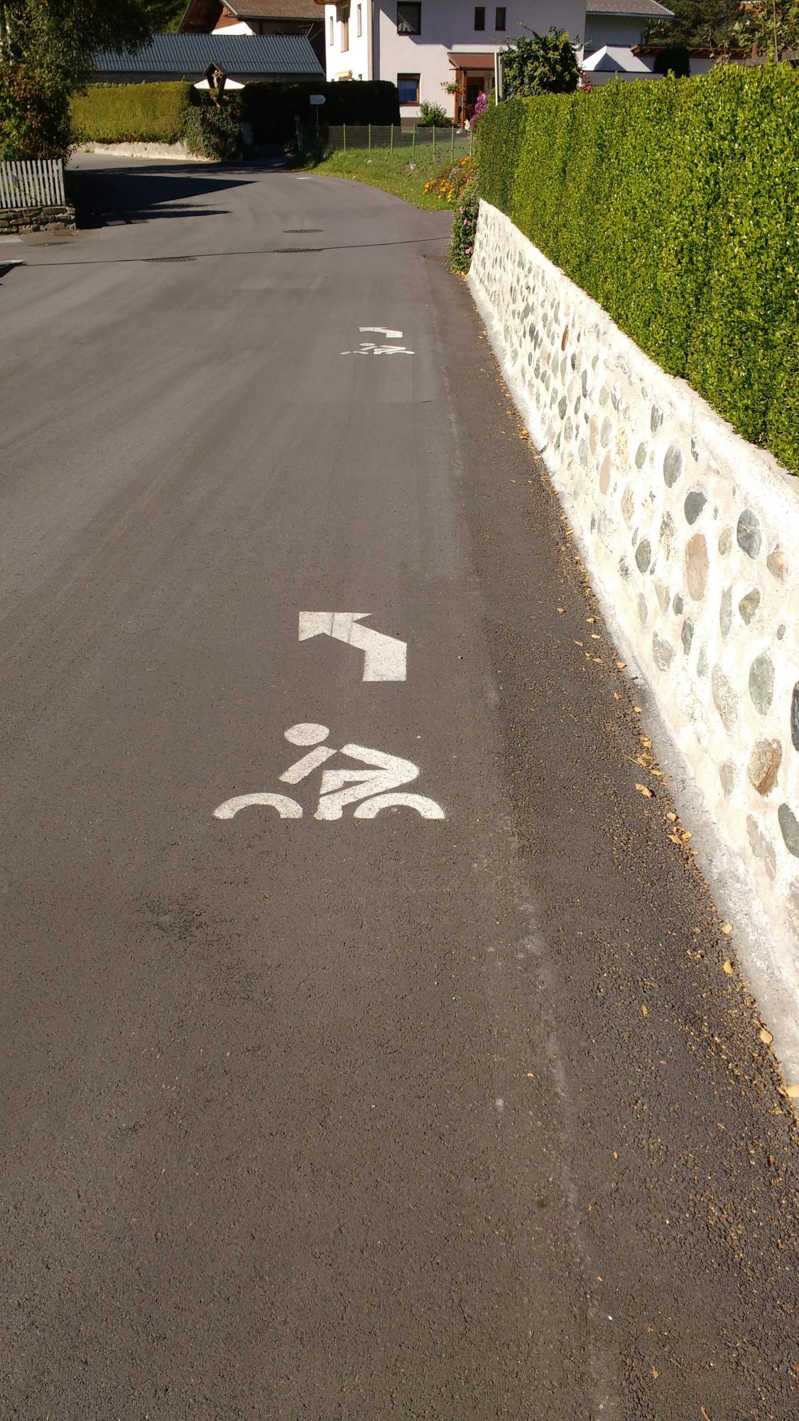 Richtungspfeile auf der Straße