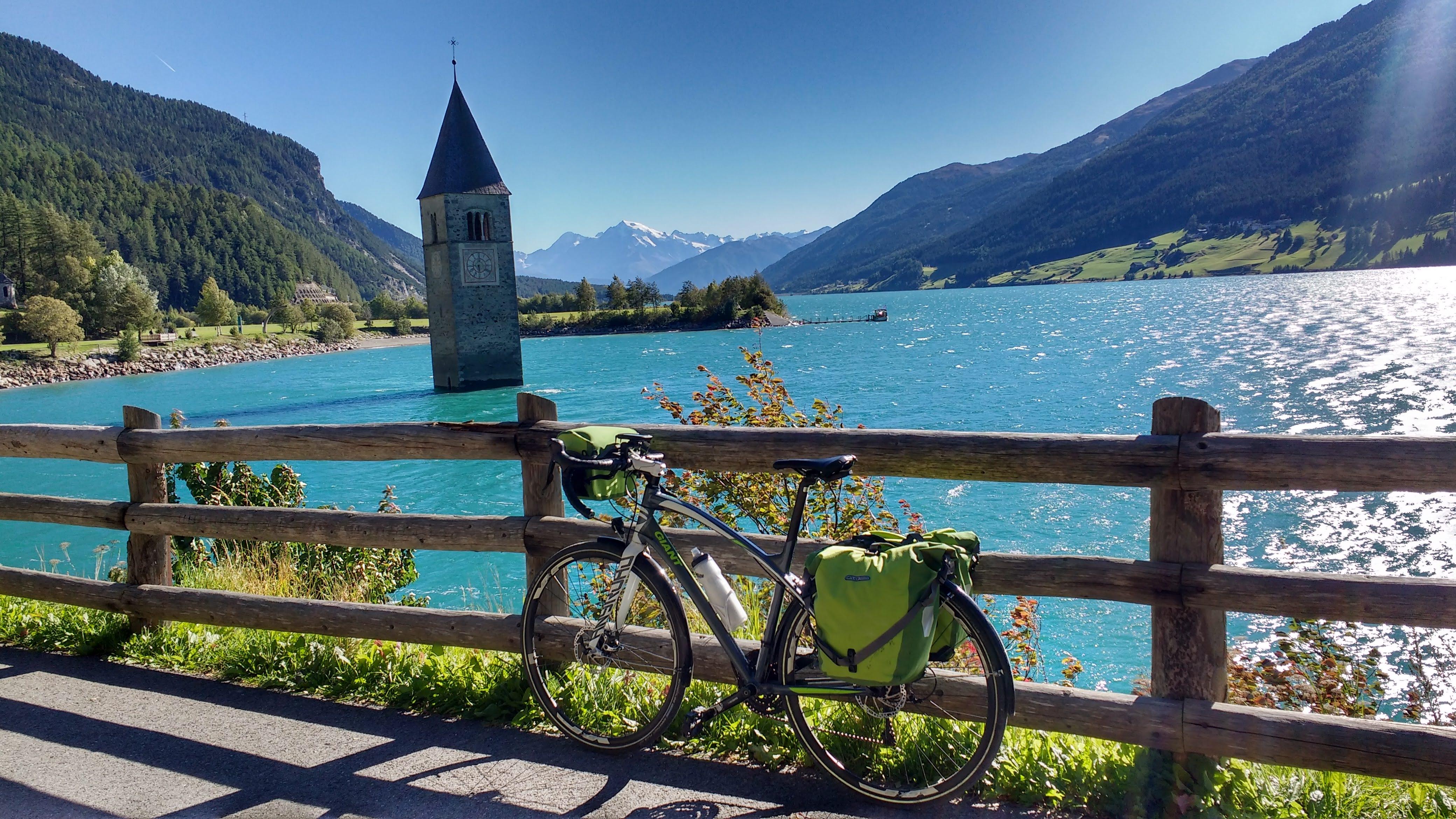 Fahrrad vor dem Reschensee mit dem Kirchturm im See