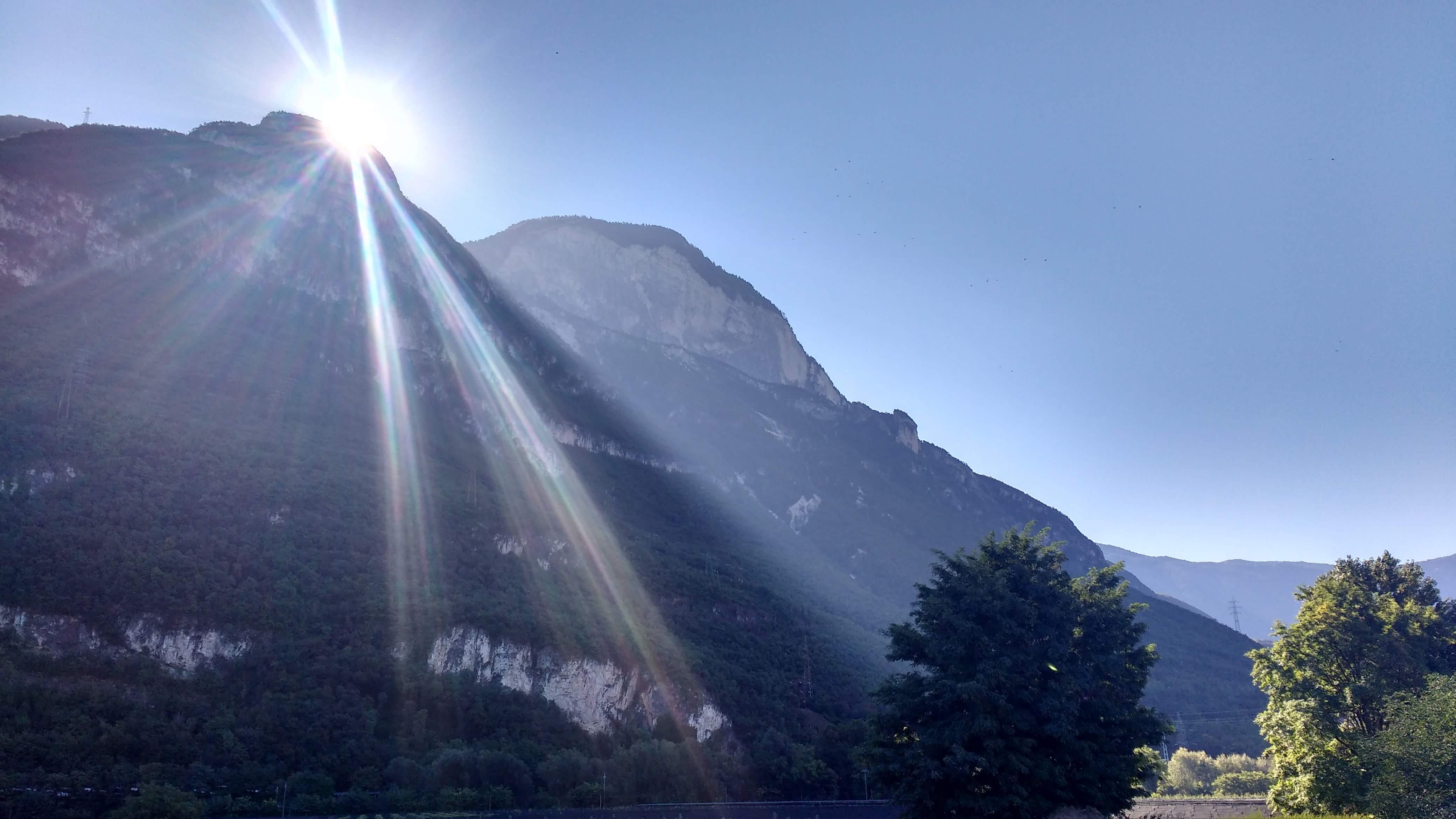 Die Sonne kommt über die Berge