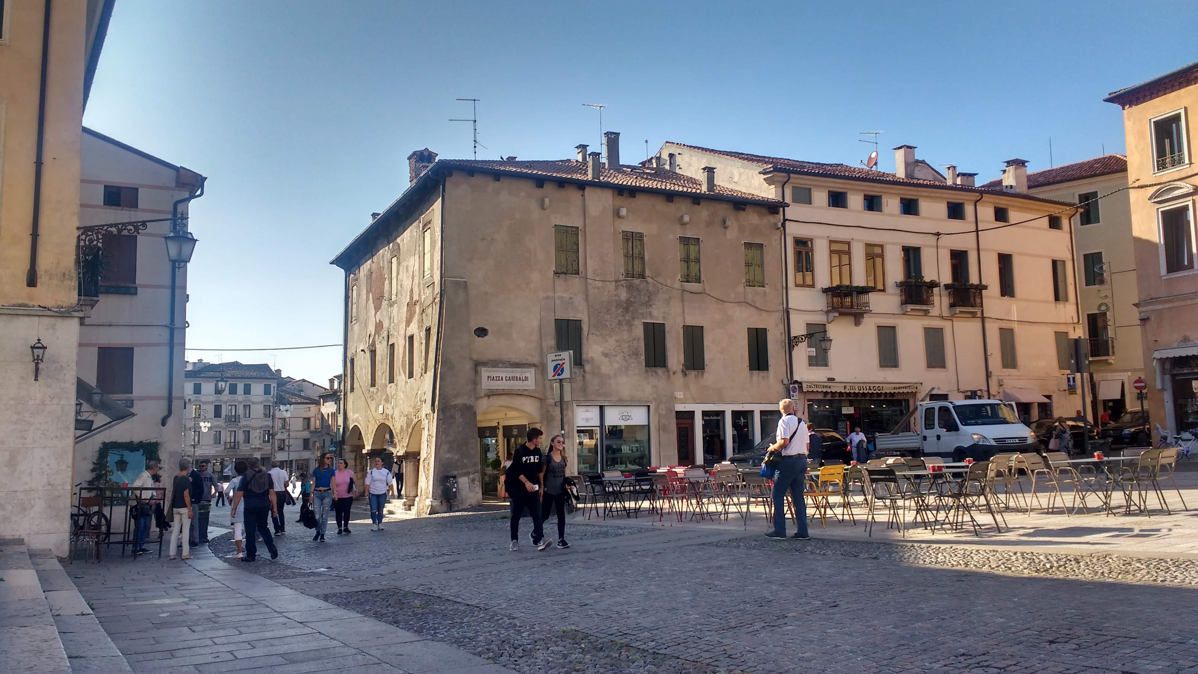Ein italienischer Dorfplatz