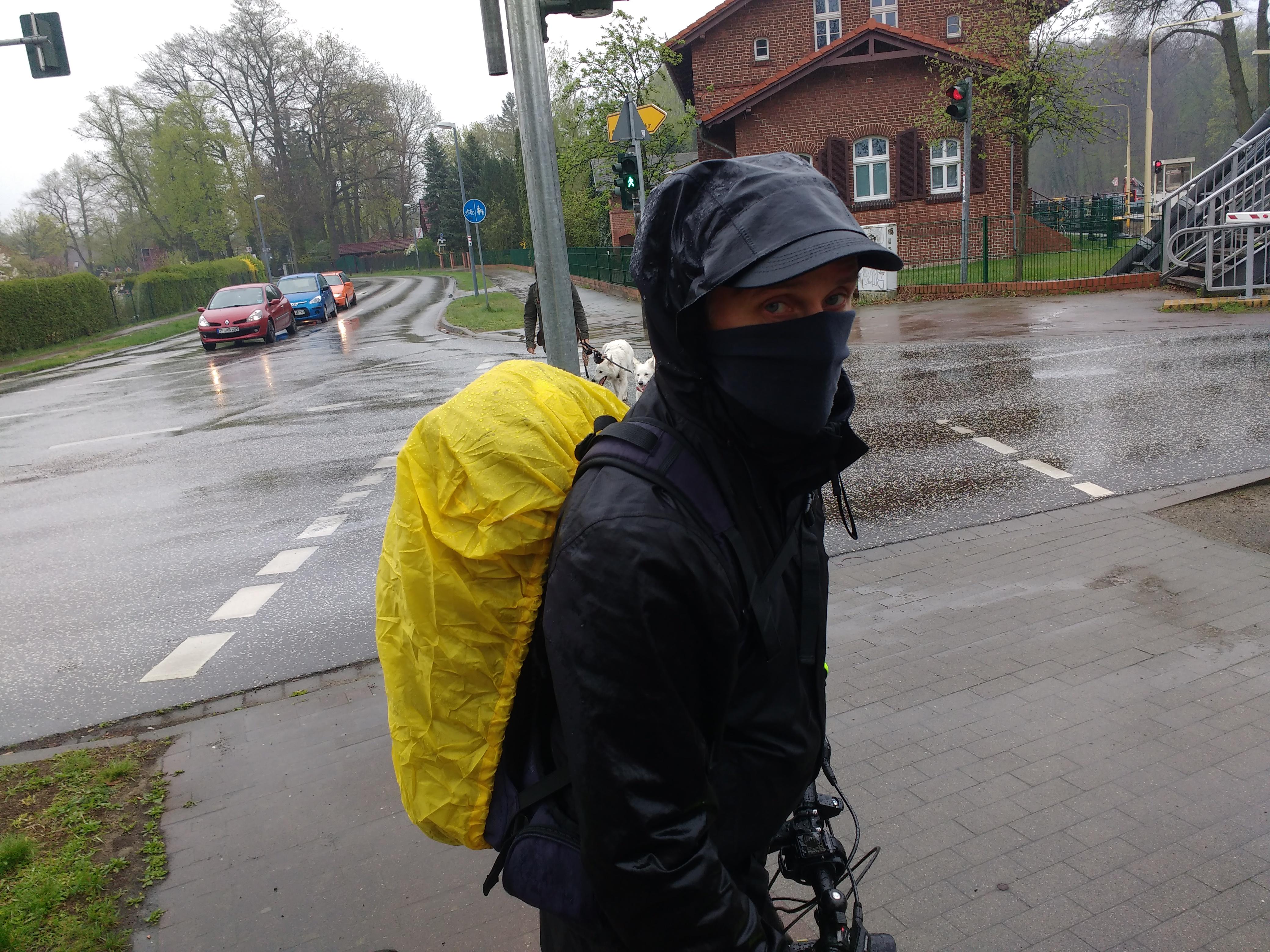 Radfahrer mit Mütze, Schirmmütze und Gesichtsschutz