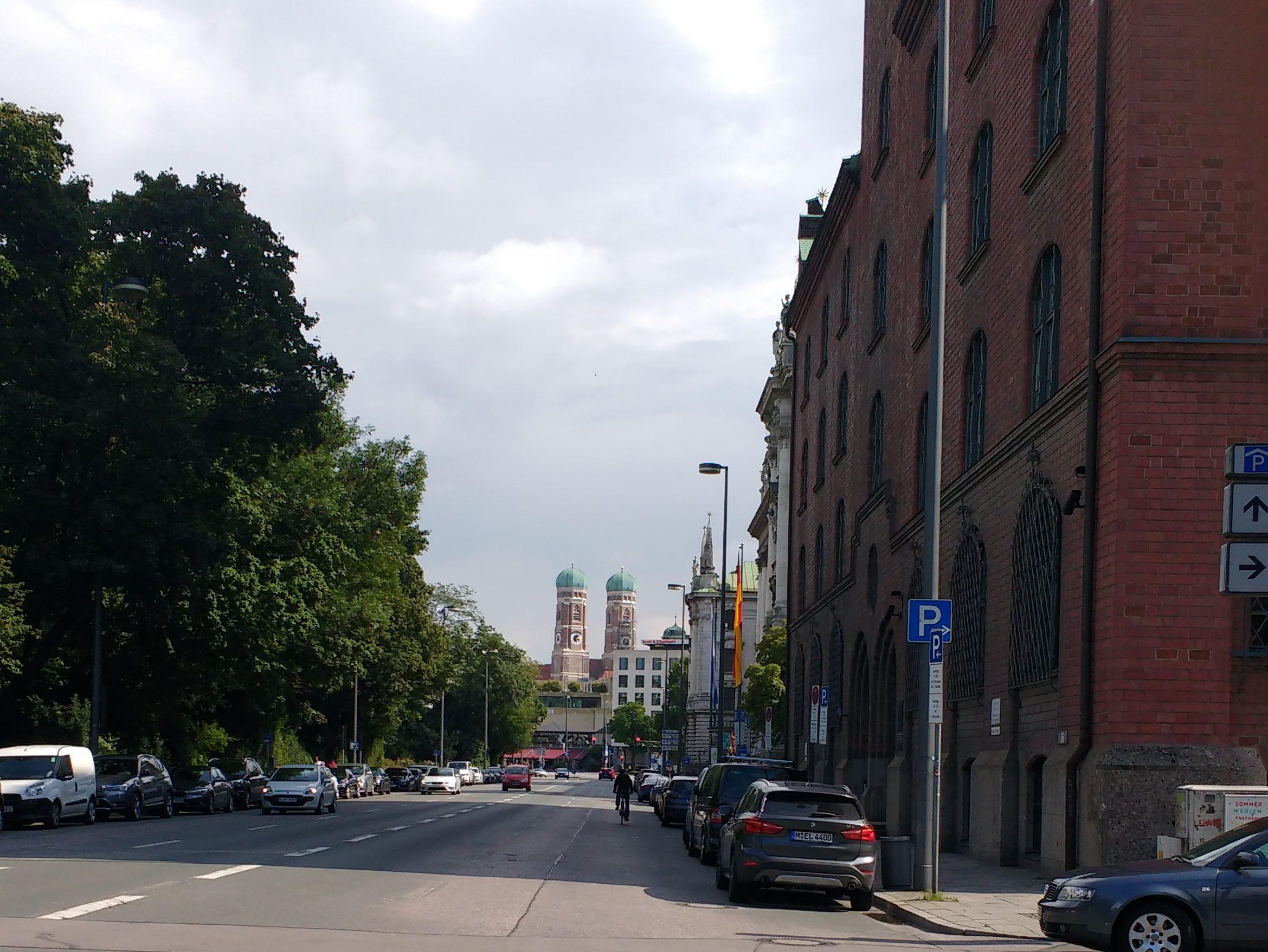 Elisenstraße in München mit Blick auf die Türme der Frauenkirche