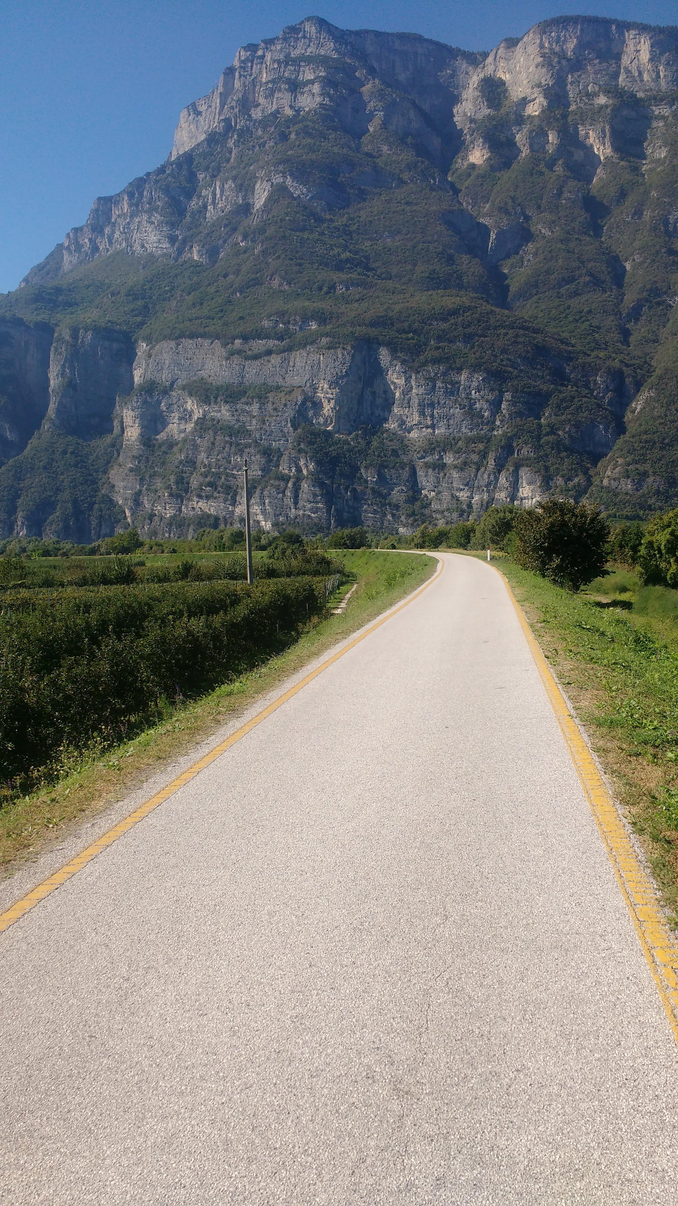 Hohe Berge und dazwischen ein Radweg