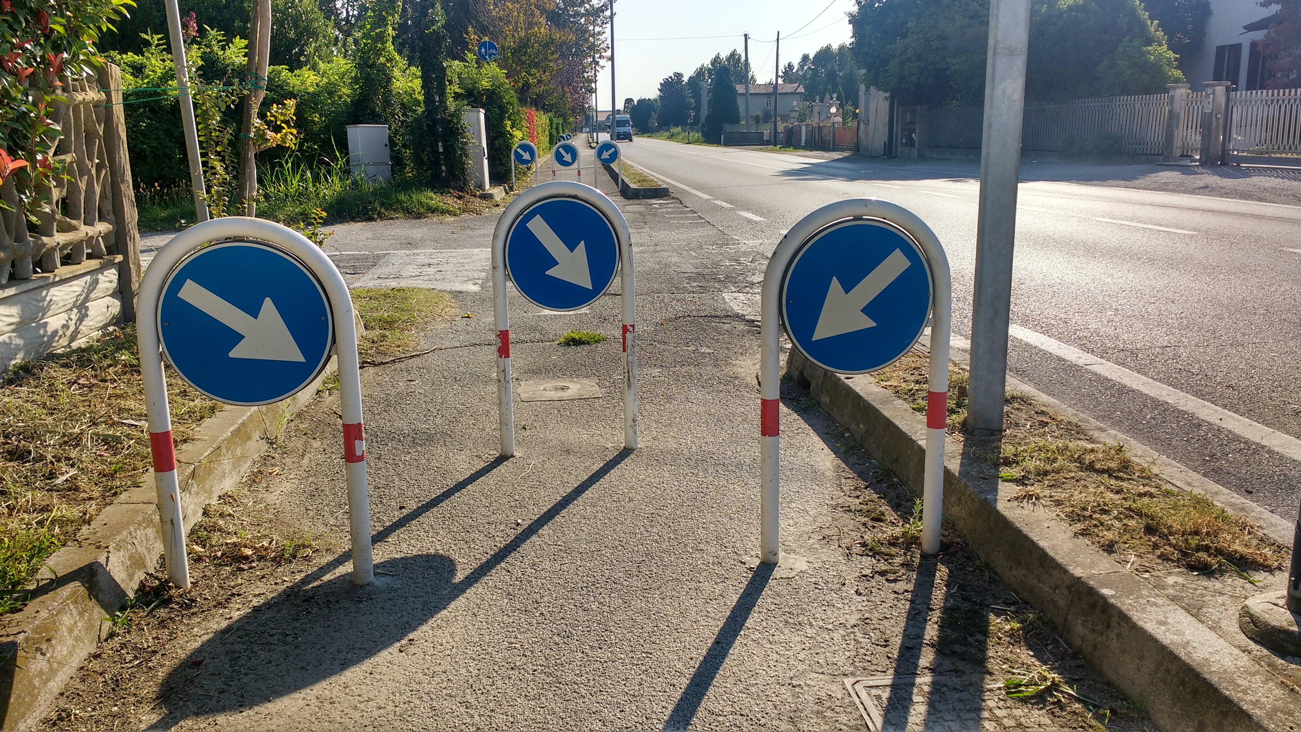 Absperrungen am Radweg